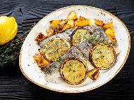 Печени риби лаврак с картофи, розмарин и бяло вино на фурна